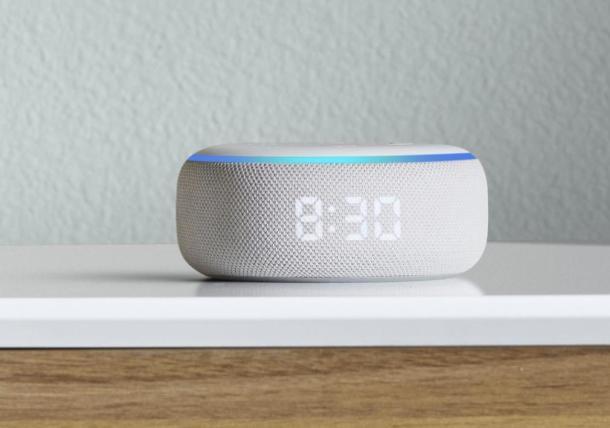 Der Amazon Echo Dot der dritten Generation mit integrierter Uhr.