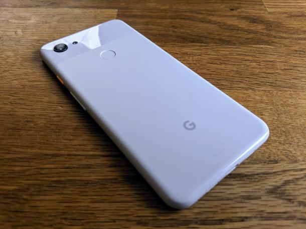Das Gehäuse desGoogle Pixel 3a besteht aus Polycarbonat.