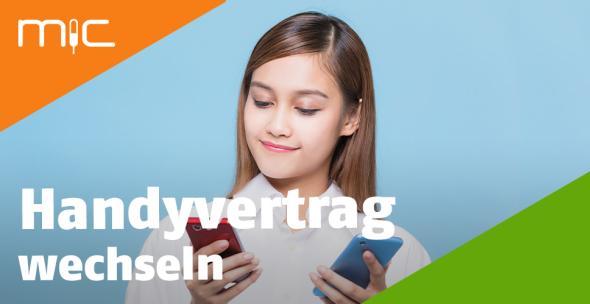 Eine junge Frau hält zwei Smartphones in der Hand.