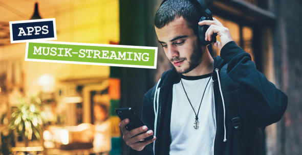 Ein junger Mann mit Kopfhörern und Smartphone