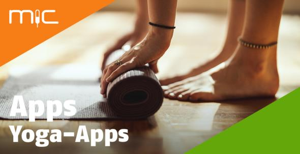 Eine Frau rollt ihre Yoga-Matte aus.
