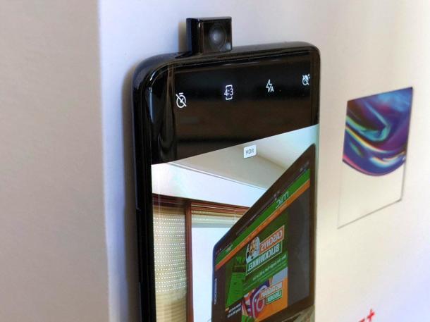 Die Frontkamera desOnePlus 7 Pro fährt aus dem Gehäuse.