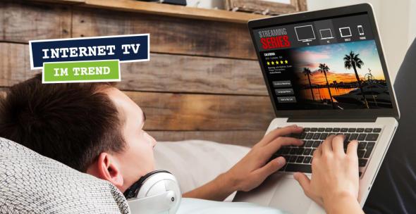 Junger Mann beim entspannten Video-Streaming auf dem Sofa.