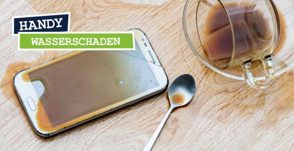 Smartphone neben umgekippter Kaffeetasse