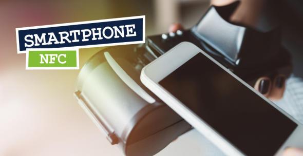Smartphone mit NFC vor einem Lesegeräte