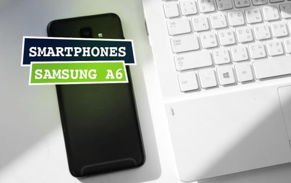 Rückseite des Samsung A6 neben einer Notebook-Tastatur liegend