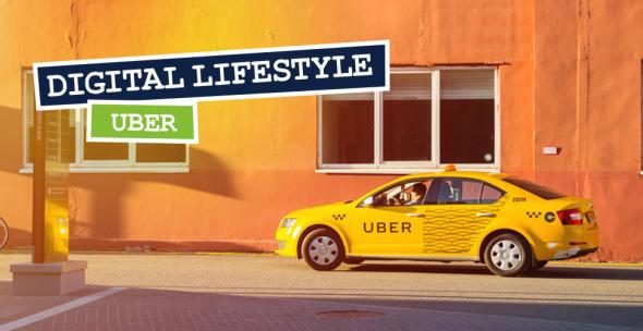 Gelbes Taxi mit Uber-Aufschrift vor einer Hauswand