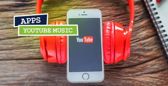 iPhone mit Kopfhörern und YouTube-Logo auf dem Display abgebildet.