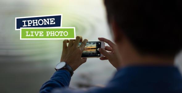 Ein Mann nimmt mit dem iPhone ein Live Photo einer Wasserobefläche auf.