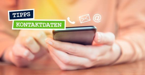 Foto einer Person mit einem Smartphone in der Hand. Über dem Smartphone Icons für die Kontaktdaten auf dem Smartphone.