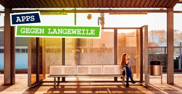 Symboldbild für Apps gegen Langeweile mit einer Frau an einer leeren Bushaltestelle.