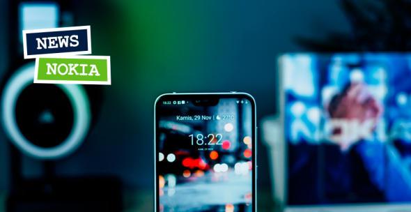 Smartphone-Display mit Nokia-Schriftzug im Hintergrund.