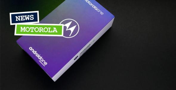 Die Verpackung eines Motorola Handys auf schwarem Boden.