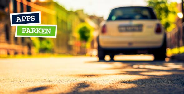Vom Boden fotografierte Parklücke mit Auto im Hintergrund.