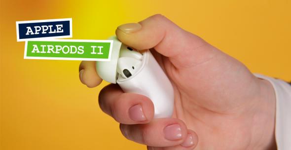 Großaufnahme einer Hand, die Apple die Schutzhülle der AirPods II öffnet.