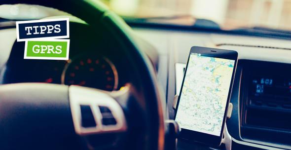 Aufnahme des Fahrzeuginnenraums mit einem am Armaturenbrett befestigten Smartphone zur Navigation über GPRS.
