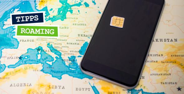 Ein Handy mit SIM-Karte auf einer Landkarte.