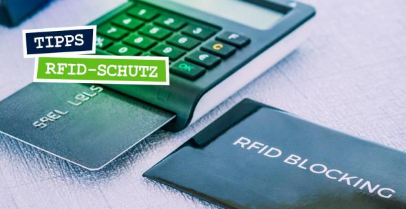 Eine RFID-Schutzhülle neben einem Kartenlesegerät mit Kreditkarte.