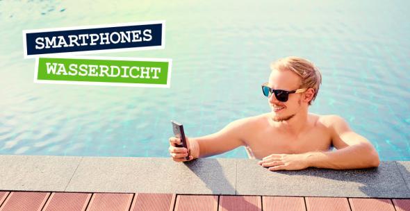 Ein Mann tippt benutzt sein Smartphone, während er im Pool ist.