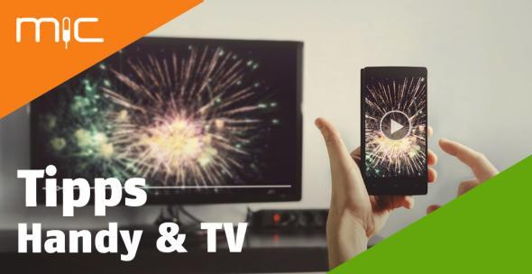 Ein Smartphone ist mit dem TV kabellos verbunden.