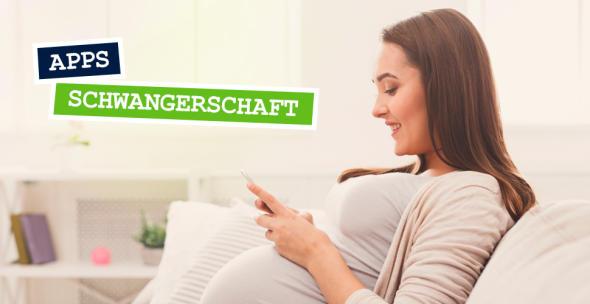 Eine schwangere Frau schaut auf ihr Smartphone.