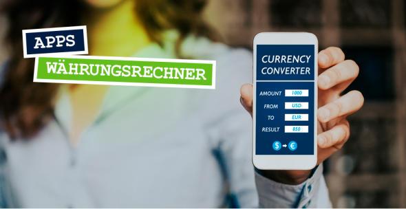 Eine Frau hält ein Smartphone, auf dem eine Währungsrechner-App geöffnet ist.