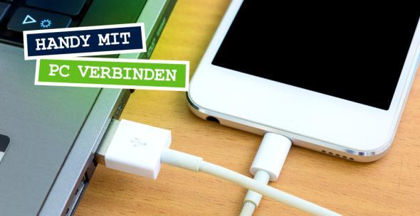 Ein Handy ist via USB an einem Laptop angeschlossen.
