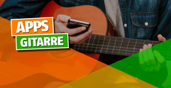 Ein Menn hat eine Gitarre auf dem Schoß und das Smartphone dabei in der Hand.