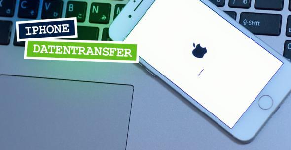 Ein iPhone liegt auf einem Laptop.