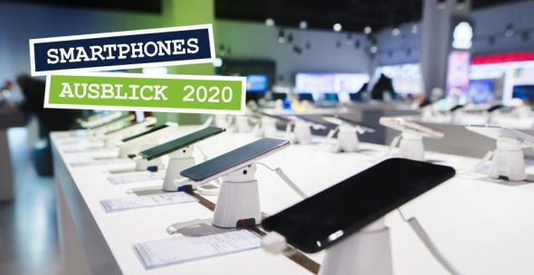 Auf einer Verkaufsfläche sind diverse Smartphones ausgestellt.