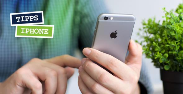 Ein Handynutzer hält ein iPhone in der Hand.