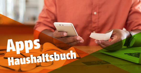 Ein Mann hat ein Smartphone und einen Kassenbeleg in der Hand.