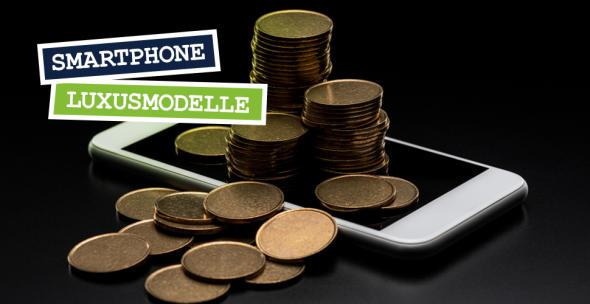 Auf einem Smartphone liegt ein Berg mit Münzen.