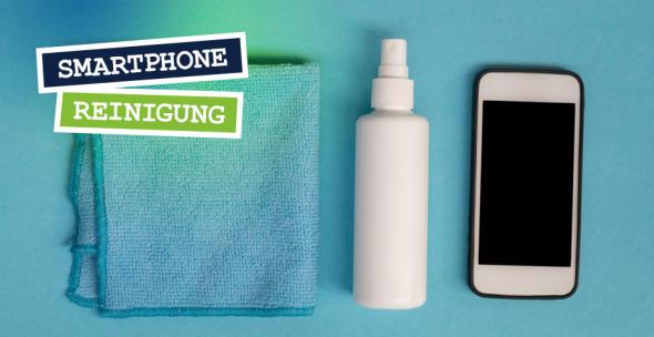 Ein Tuch, Spray udn ein Smartphone liegen nebeneinander.