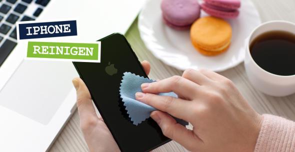 Eine Nutzerin reinigt ihr iPhone.
