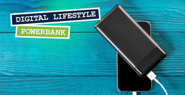 Smartphone auf dem eine Powerbank liegt.