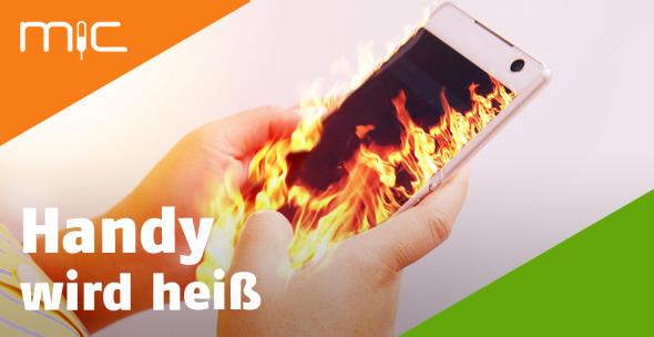 Ein brennendes Handy in der Hand einer Smartphone-Userin.