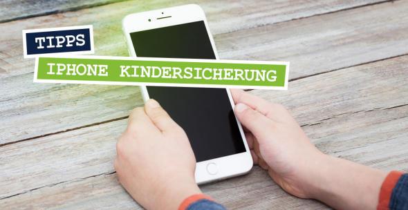 Ein Kind hat ein iPhone in der Hand.