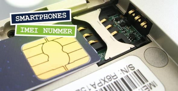 Das Innenleben eines Smartphones mit SIM-Karte und Aufkleber mit IMEI-Nummer.