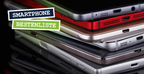 Ein Stapel mit verschiedenen Smartphones.