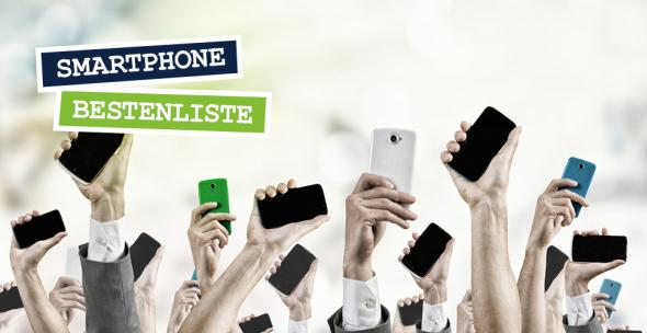 Smartphones werden von Armen in den Himmel gestreckt.