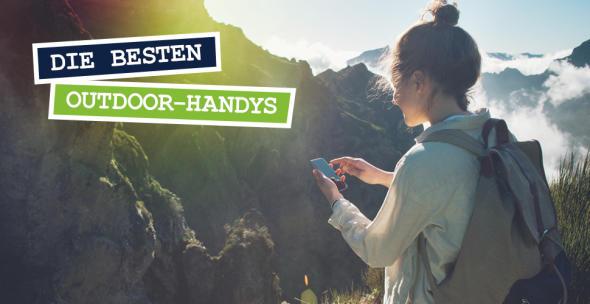 Junge Frau vor einem Bergpanorama mit einem Smartphone in der Hand.