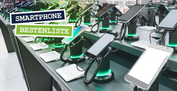 Smartphones, die in einem Elektronikgeschäft ausgestellt sind