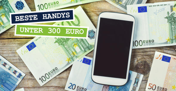Auf einem tisch liegen Geldscheine und ein Handy.