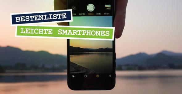 Ein Smartphone-Nutzer hält sein Smartphone kopfüebr zum Fotografieren.