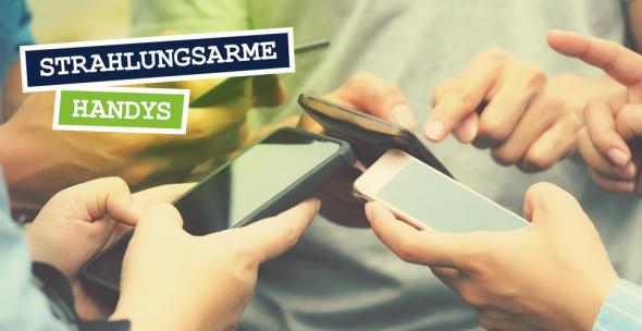 Smartphone-User halten ihre Geräte nebeneinander.