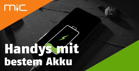 Ein Smartphone hängt an einem Ladegerät und wird aufgeladen.