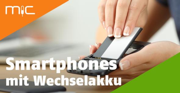 Eine Frau wechselt den Akku eines Handys aus.