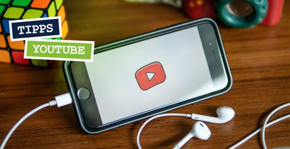 Das Logo von YouTube Kids auf einem Smartphone.