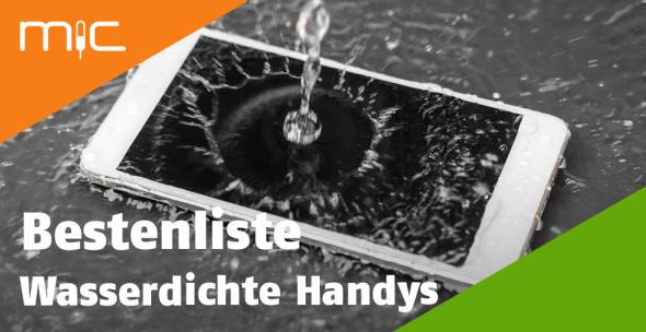 Ein wasserdichtes Handy wird mit Wasser übergossen.